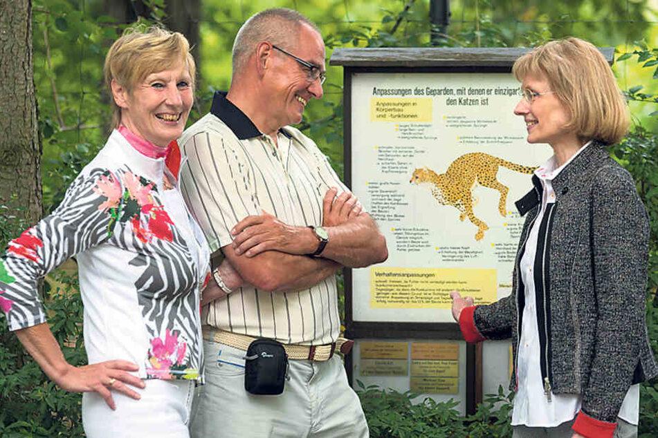 Die Tierpaten Ute Schönburger und Peter Sahre mit Gudrun Brammer von den  Zoo-Freunden.