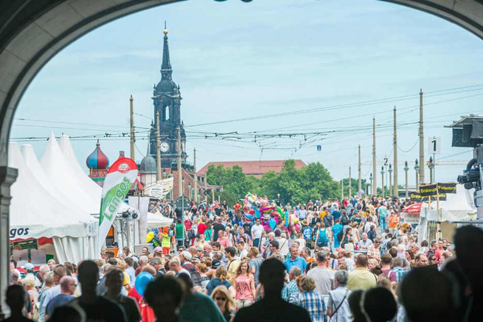 Gut gefüllt: Blick auf den Schloßplatz und die Augustusbrücke.