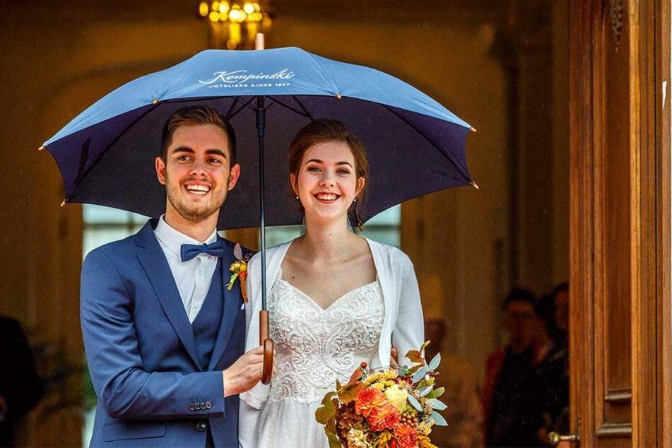 Im strömenden Regen, aber mit strahlendem Lächeln kamen Klaas Wiersma (24) und Christina Berndt (23) im Residenzschloss an.