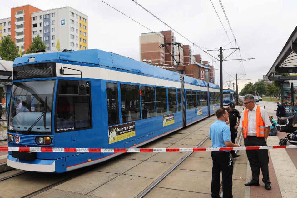 Frau will über Gleise gehen und übersieht Straßenbahn
