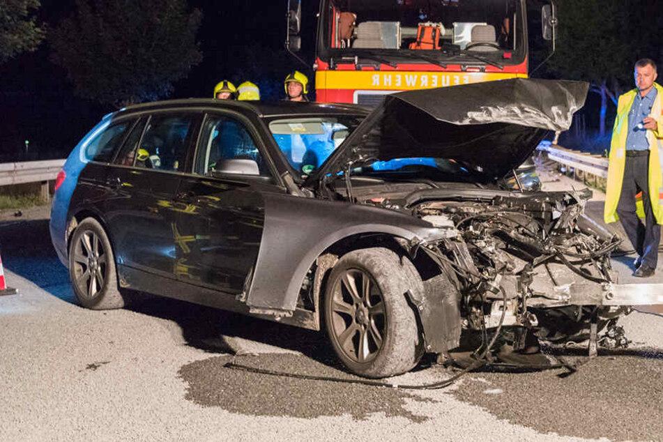 Der BMW ist nach dem Crash nur noch Schrott.