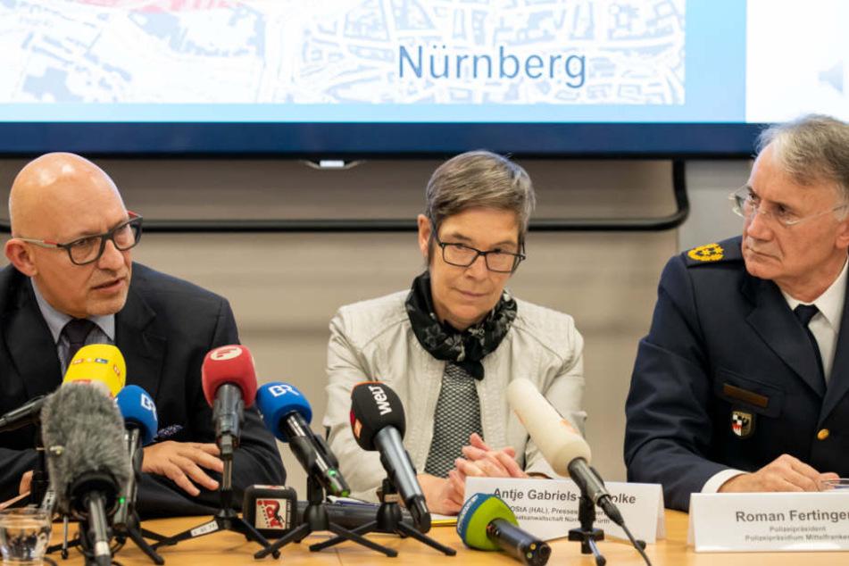 Thilo Bachmann (l-r), leitender Kriminaldirektor, Antje Gabriels-Gorsolke, Pressesprecherin der Staatsanwaltschaft, und Roman Fertinger, Polizeipräsident Mittelfranken bei der Pressekonferenz.