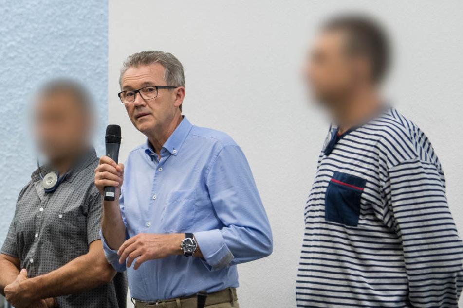 Die Angeklagten Dumitru A. (links) und Constantin C. (rechts) mit ihrem Dolmetscher (Mitte) zu Beginn des Prozesses im vergangenen August.