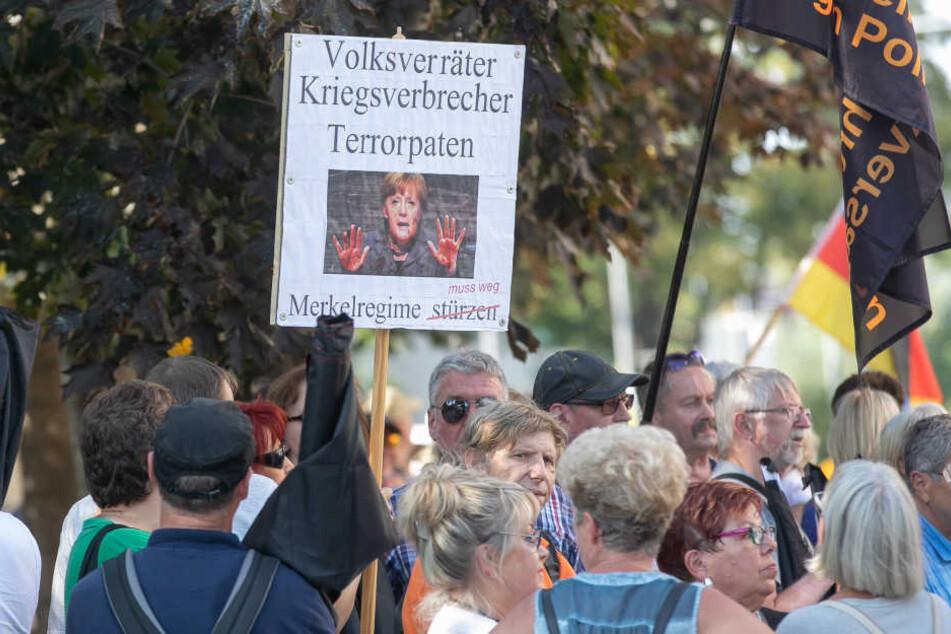 Pöbeln und beleidigen: Als Frau Merkel in Dresden eintraf, wurde sie von rund 300 Demonstranten vor dem Landtag erwartet.