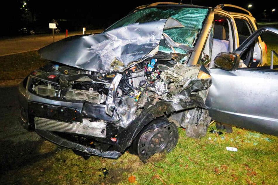 Mercedes rast in Gegenverkehr: Suzuki-Fahrer hat keine Chance, Ehefrau stirbt in Krankenhaus