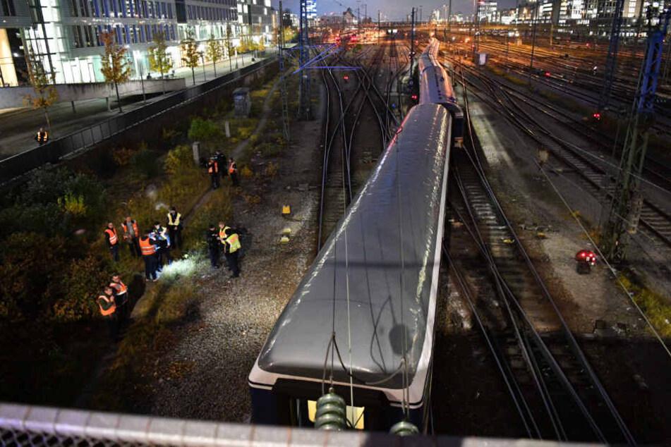 Mehrere Helfer in gelben Warnwesten liefen am Zug entlang und leuchteten mit Taschenlampen unter die Waggons.