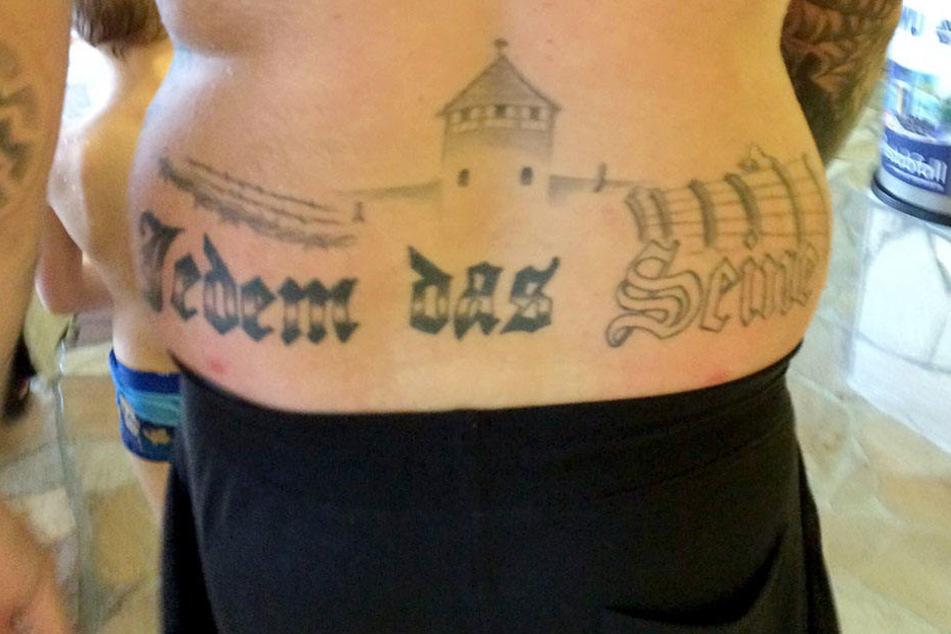 Die Silhouette des KZ Auschwitz ist klar zu erkennen. Und der Schriftzug vertreibt dann den letzten Zweifel...