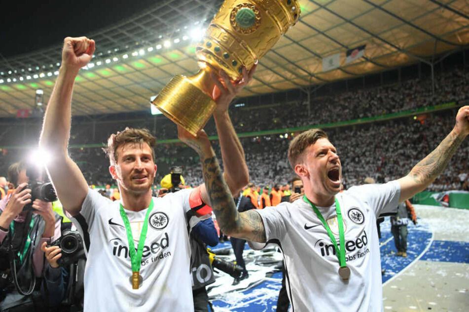 David Abraham (l.) und Marco Russ von Eintracht Frankfurt jubeln mit dem Pokal nach dem Sieg über Bayern München.