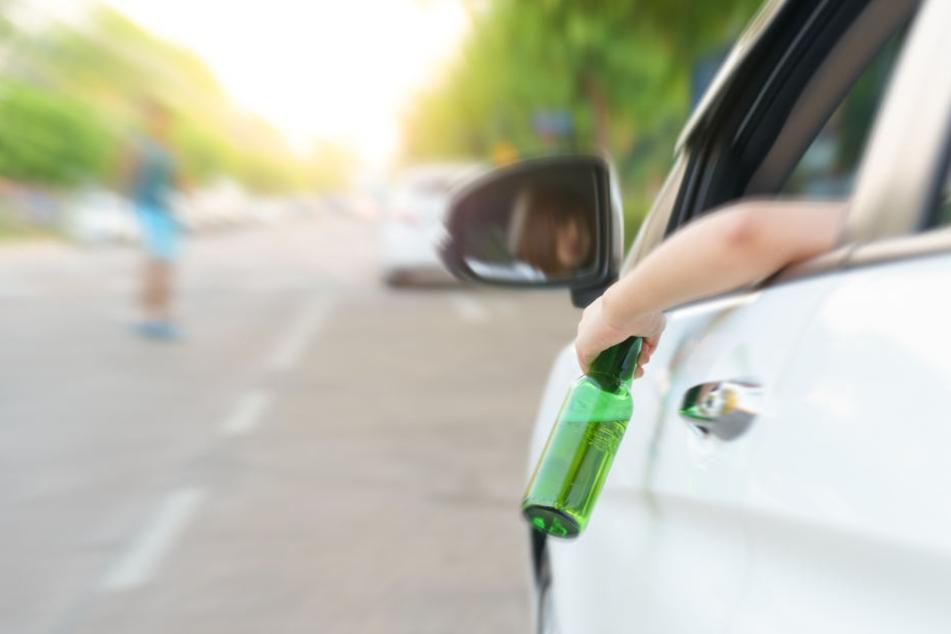 Autofahrer prostet mit Bier aus Seiten-Fenster, blöd, dass hinter ihm Polizei steht