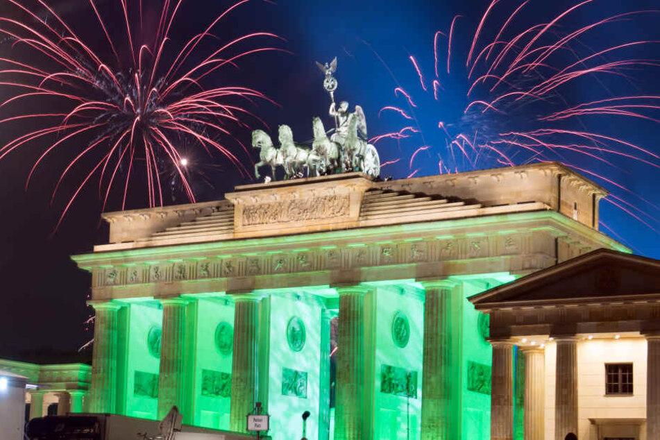 500 bis 800 Mitarbeiter privater Sicherheitsfirmen sollen in der Silvesternacht rund um das Brandenburger Tor für Sicherheit suchen.