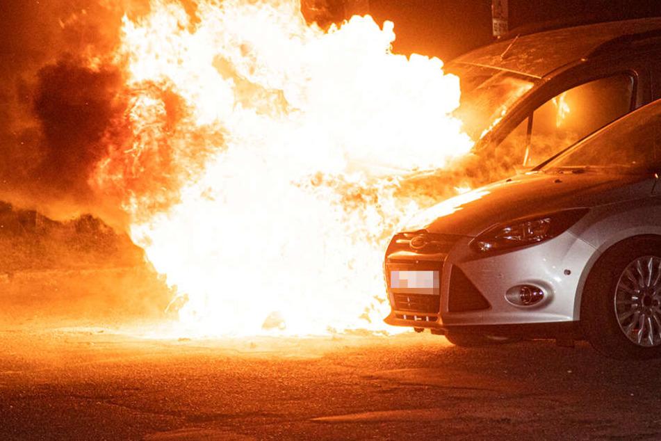 Erst brannte der Renault, dann wurde auch der Ford beschädigt.