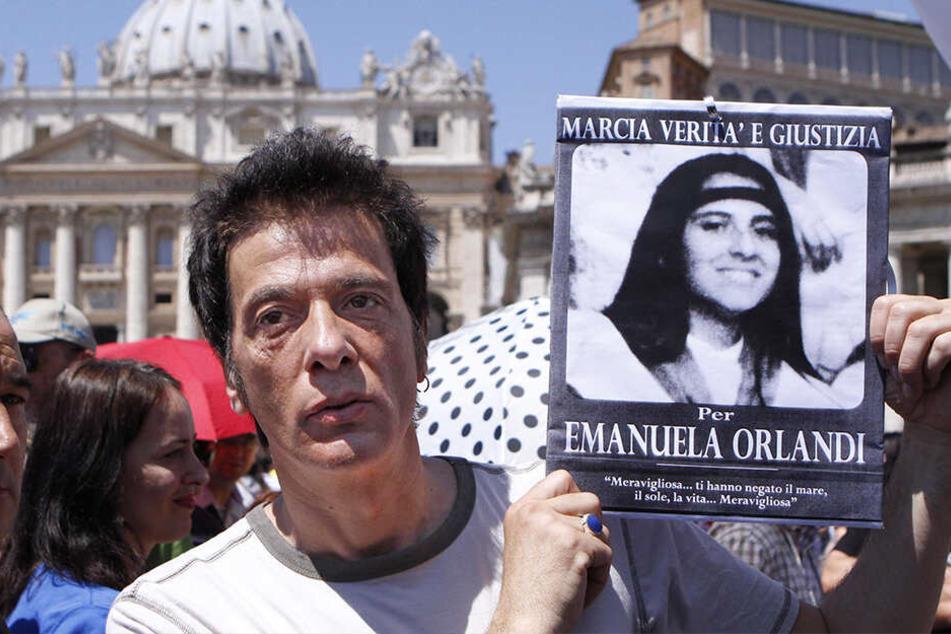 Pietro Orlandi, der Bruder der vermissten Emanuela Orlandi, hält auf dem Petersplatz seiner auf mysteriöse Weise verschwundenen Schwester in den Händen.