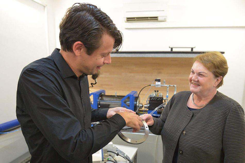 Christian Rutter (34) und Institutsleiterin Heidrun Steinbach (66) an einem Versuchsstand für Werkzeugmaschinen-Spindeln.