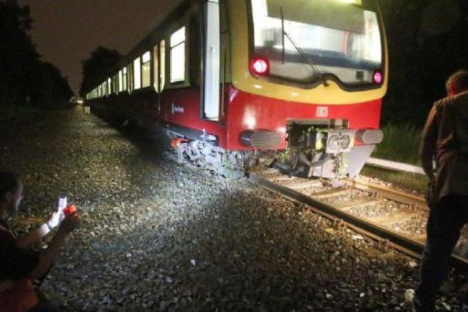 S-Bahn mit 120 Passagieren bei Unwetter entgleist