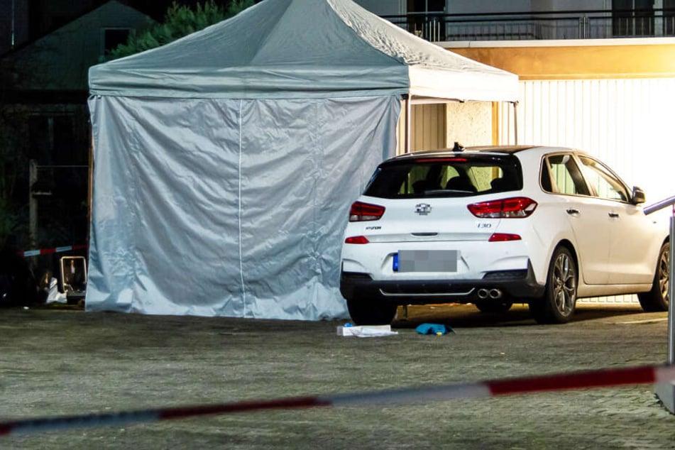 Über dem Fundort der Frauenleiche wurde von der Spurensicherung ein Zelt errichtet.