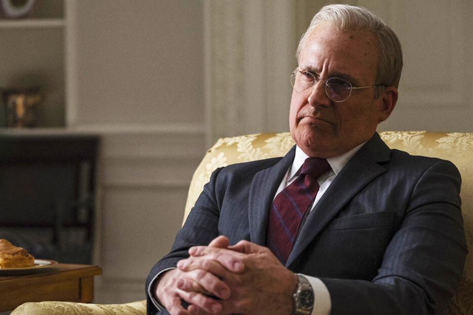 Donald Rumsfeld (Steve Carell) gibt Dick Cheney das nötige politische Rüstzeug mit auf den Weg.