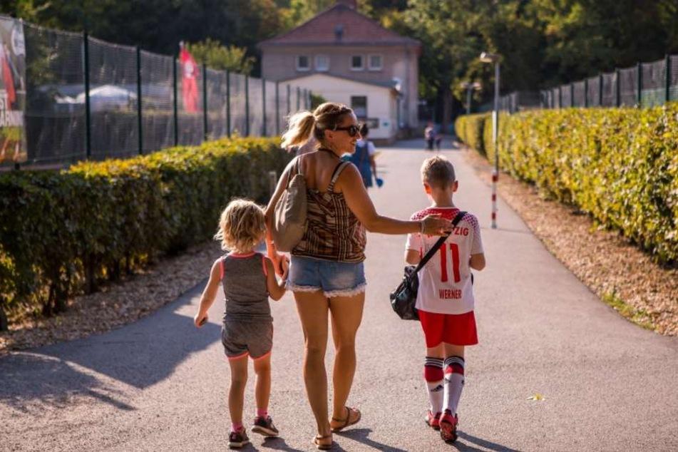Endlich richtig Mama sein: Freddy geht mit Töchterchen Wilhelmine (l.) und Sohn Ferdinand zum Fußball-Training.