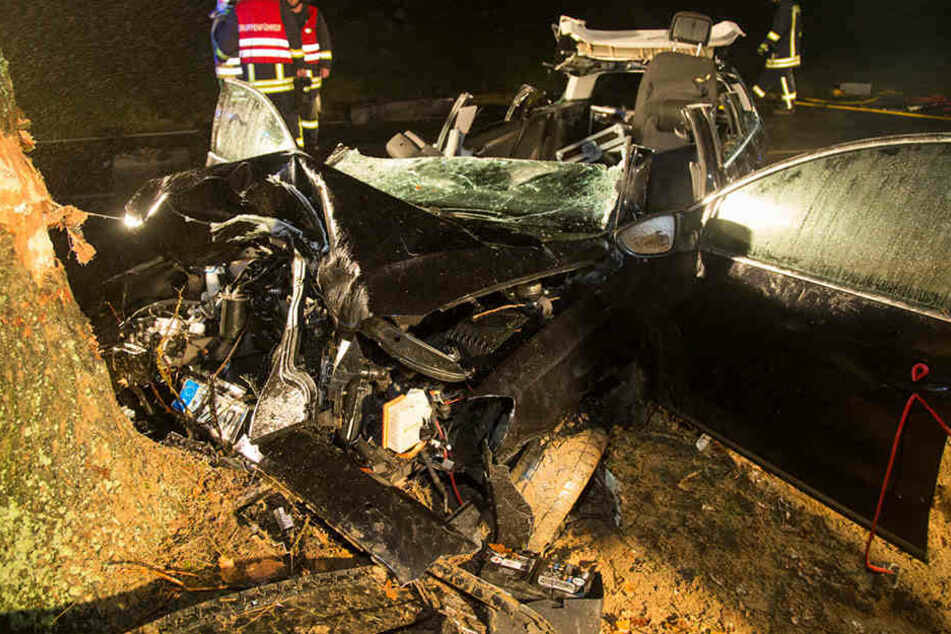 Das Fahrzeug ist völlig zertrümmert. Fast eine Stunde lang brauchten die Kameraden, um den jungen Mann zu bergen.