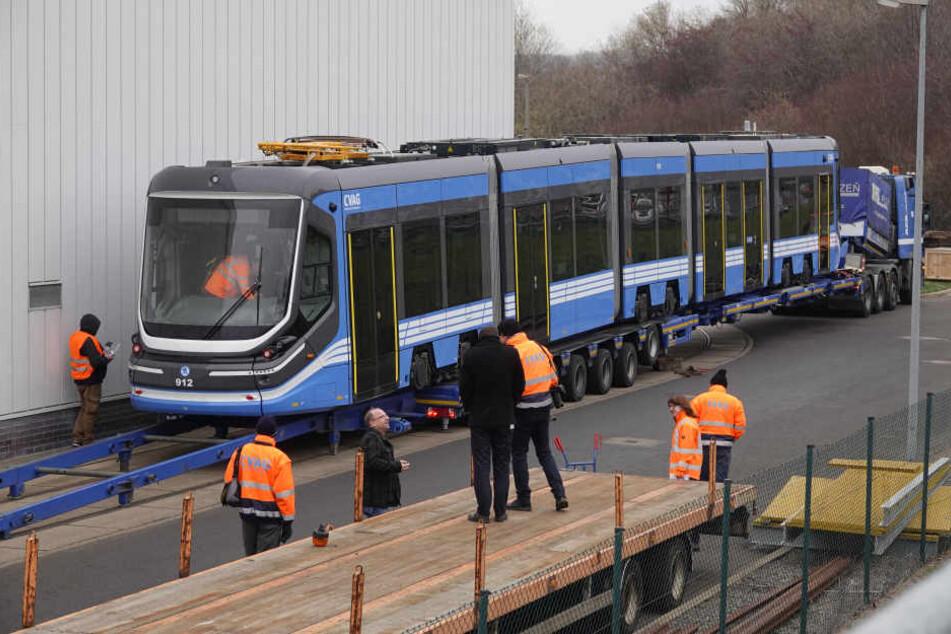 Sie ist da: Vorsichtig wurde gestern die neue Skoda-Bahn vom Transporter auf die Gleise gehoben.