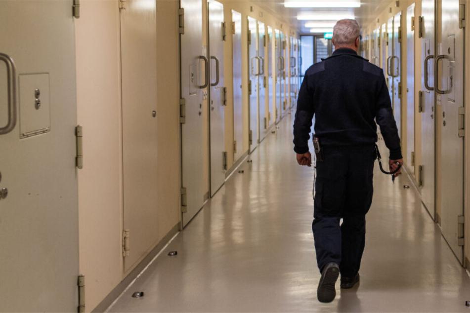 """Der Beamte soll nicht alleine gehandelt haben. Die Staatsanwaltschaft spricht von einem """"Komplex Knastschmuggel"""", an dem etwa mehrere Bedienstete, Gefangene und Angehörige beteiligt gewesen sein sollen. (Symbolbild)"""