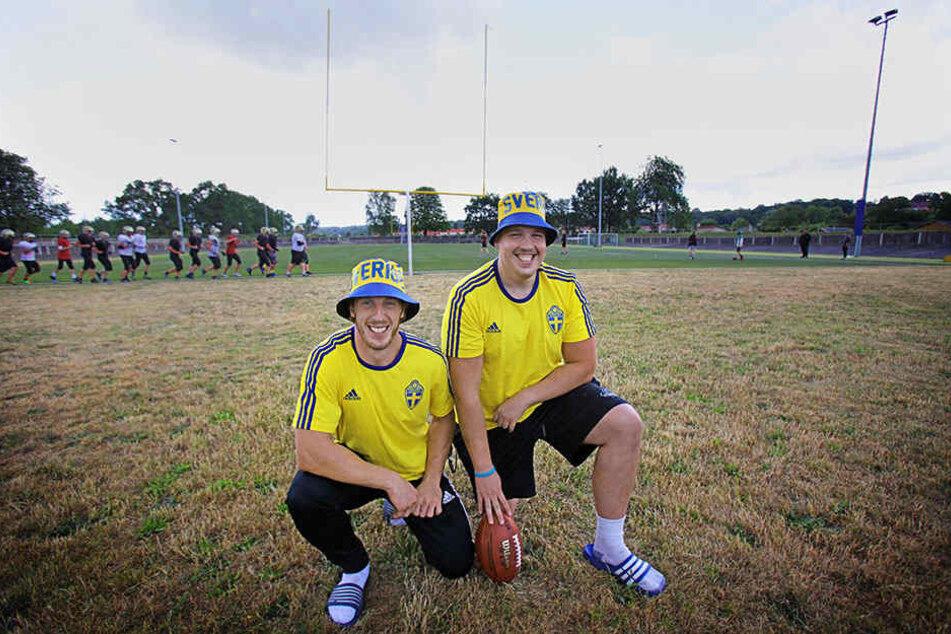 Bereit für den WM-Sieg: William James (26, l.) und Tim Hermansson (24) posierten am Freitag im Schweden-Outfit auf dem Monarchs-Trainingsgelände.