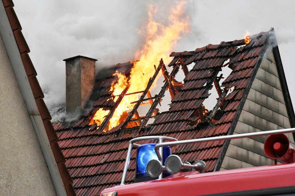 Nach Angaben der Regionalleitstelle wurde ein Feuerwehrmann durch einen herabstürzenden Dachziegel leicht verletzt und erlitt ebenfalls eine Rauchvergiftung. (Symbolbild)