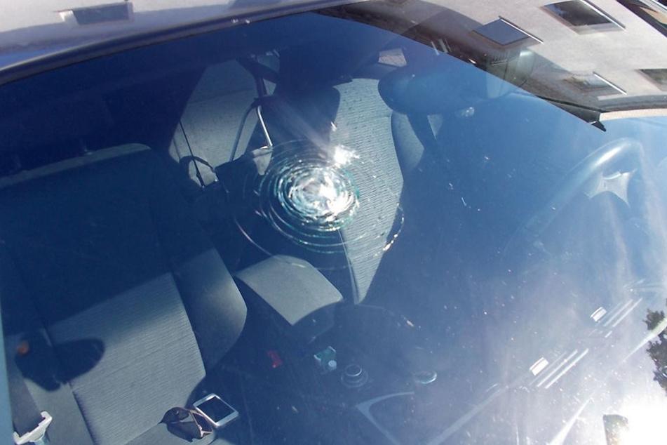 Die Frontscheide des BMW wurde durch den Stein eingeworfen.
