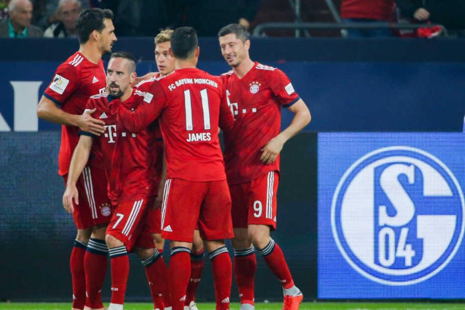 Die Bayern bejubeln den zweiten Treffer durch Robert Lewandowski (r.).