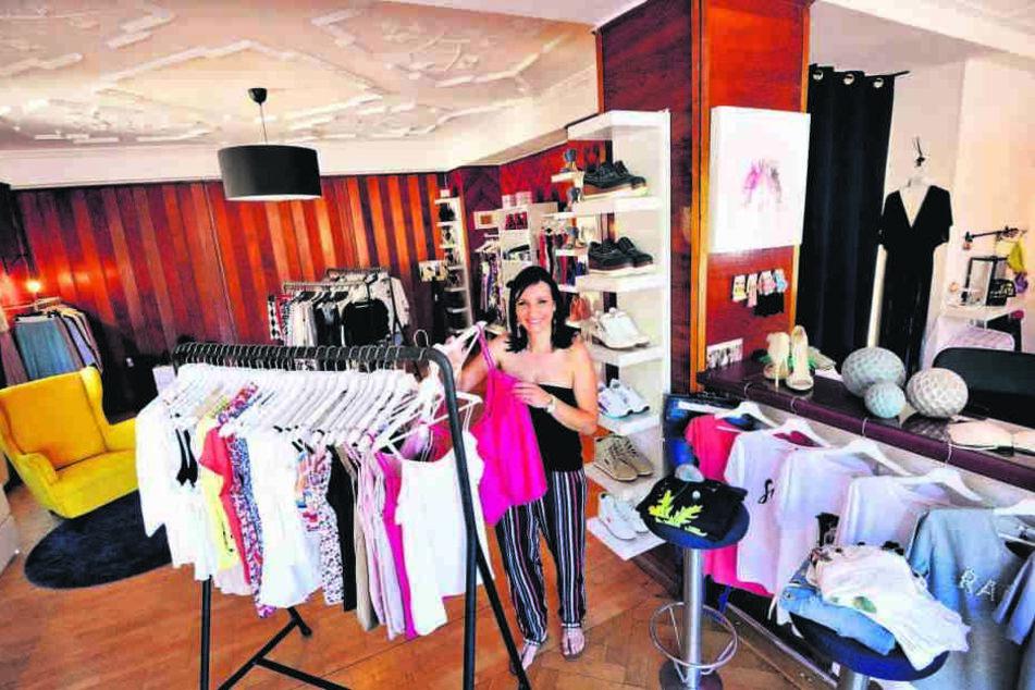 Christine Smenteck (36) in ihrer Modeboutique. Neuerdings verkauft die Geschäftsfrau auch Brautkleider.