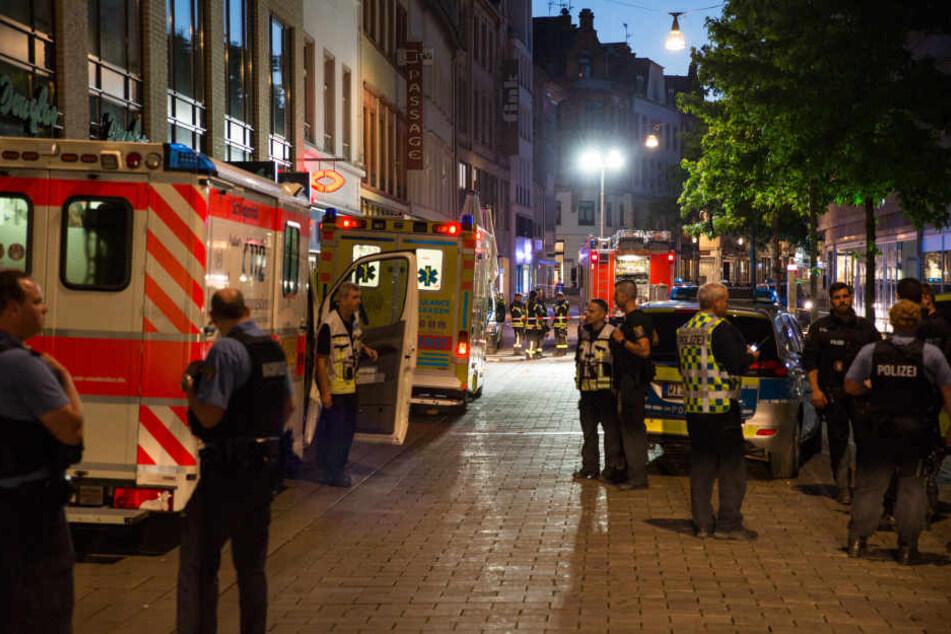 Polizisten, Feuerwehrleute und Sanitäter stehen in Wiesbadener Fußgängerzone der Innenstadt.