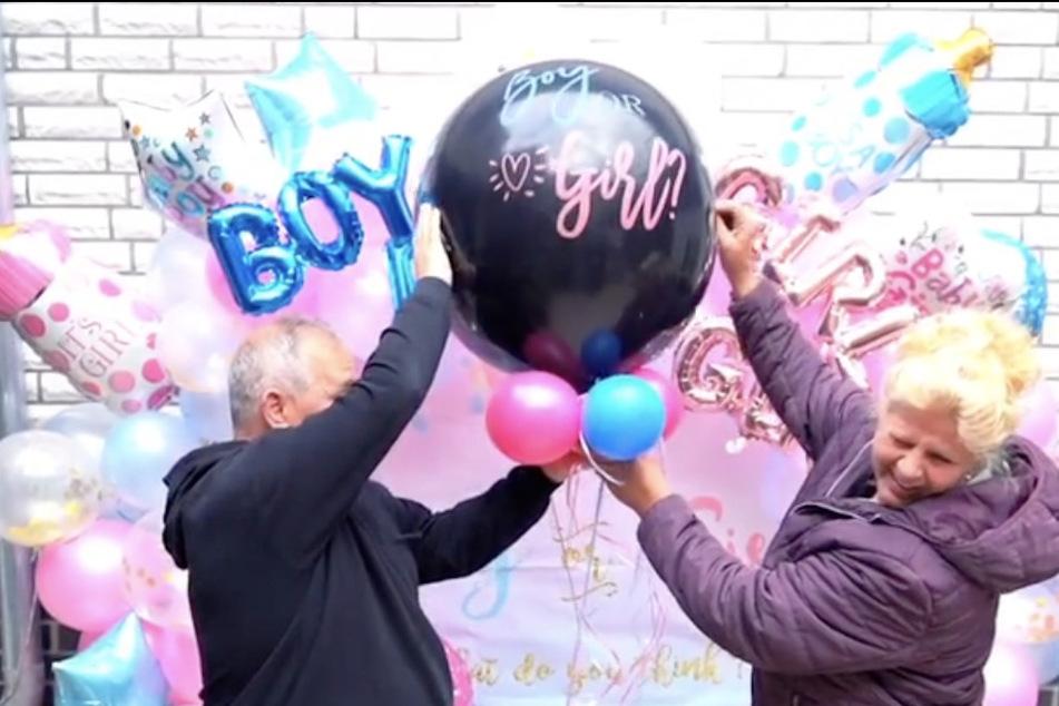 Die frisch gebackene Oma Silvia Wollny (56) lässt zusammen mit Freund Harald Elsenbast (60) den wichtigen Ballon platzen.