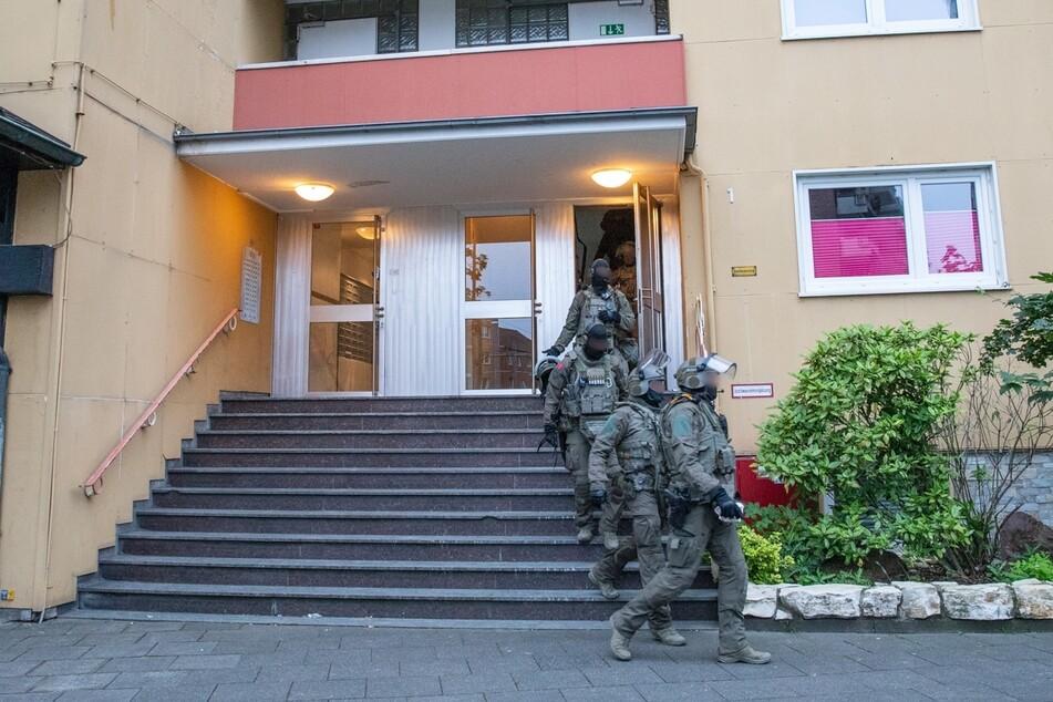 Spezialeinheiten begannen um 6 Uhr am Dienstagmorgen mit den Razzien.