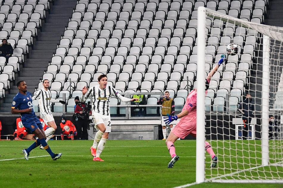 Doppelpack! Federico Chiesa (2.v.r.) köpft Juve mit 2:1 in Führung - und damit auch in die Verlängerung.