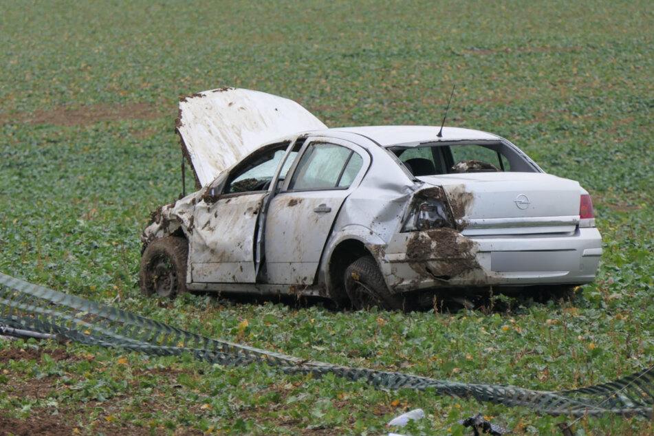 Unfall auf der A14: Autofahrer überschlägt sich und kommt erst auf Feld zum Stehen