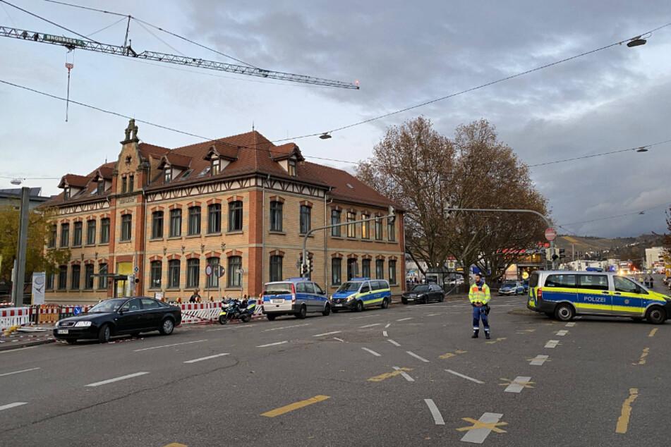 Dieses Gebäude wurde von der Polizei umstellt.