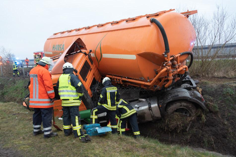 Rettungskräfte mussten den schwer verletzen Fahrer befreien.