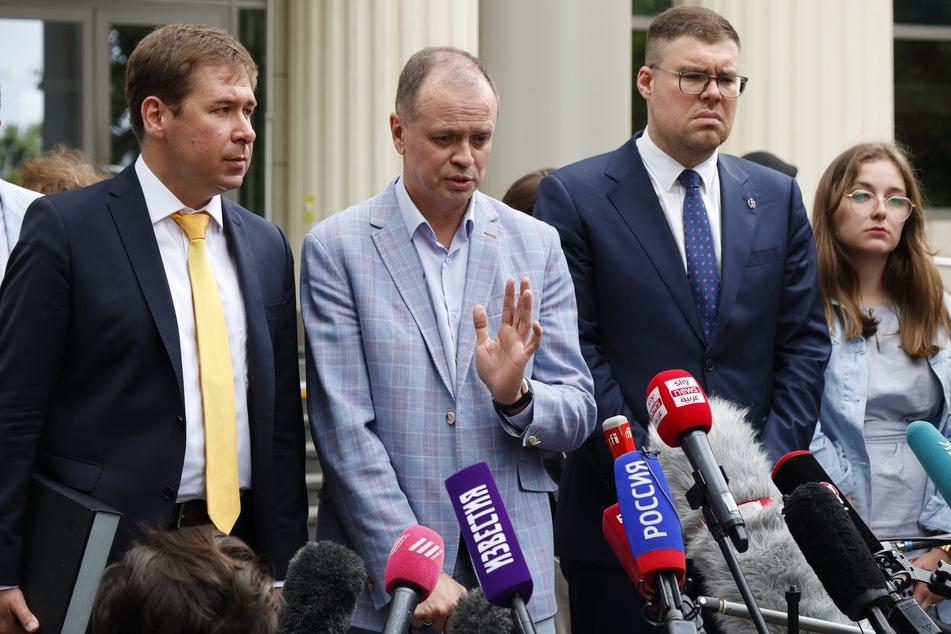 Iwan Pawlow (2.v.l), Anwalt des inhaftierten Kremlgegners Nawalny, spricht während einer Verhandlungspause an einem Moskauer Gericht mit Journalisten.