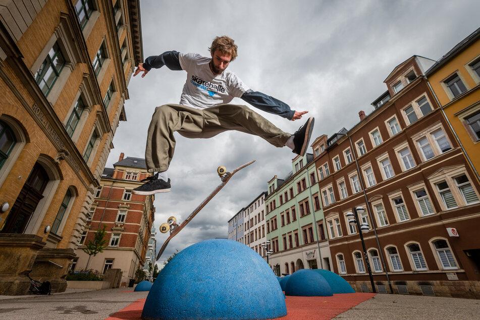 """Robin Korn (23) von der """"Druckbude"""" führt auf dem Brühl Skateboard-Tricks vor"""