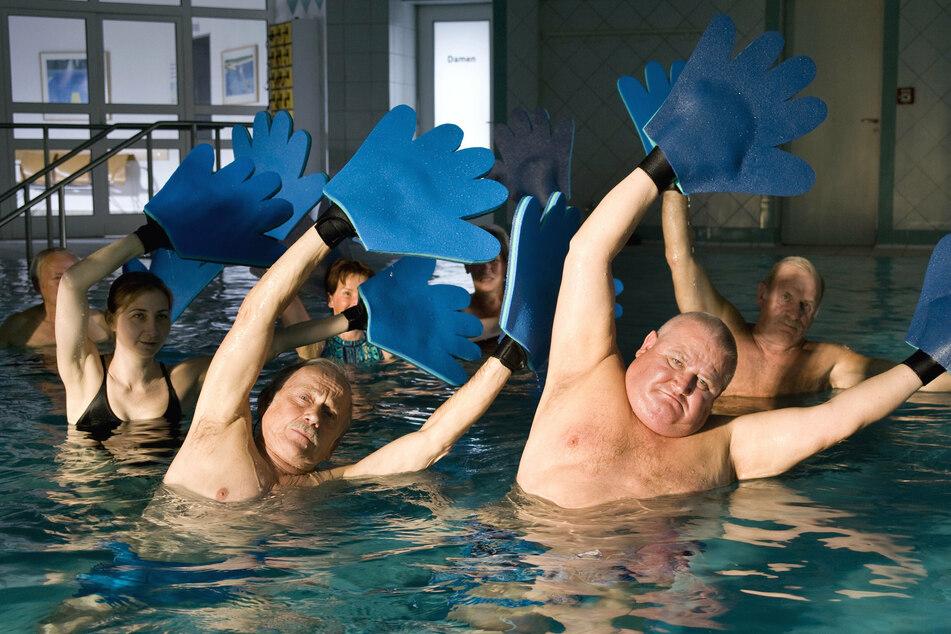 """Krause (Horst Krause, Mitte) hier mit Rudi (Tilo Prückner, links) als Kurgäste bei der intensiven Bewegungstherapie in der Folge """"Krauses Kur"""" (2009)."""