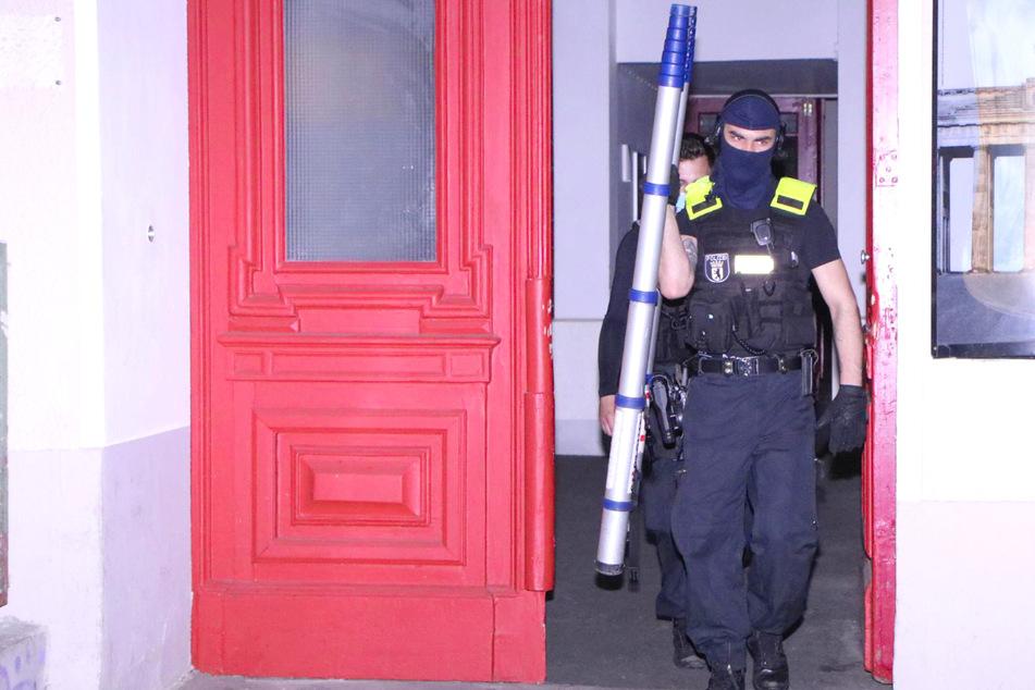 Die Polizei musste eine Ramme einsetzen, um sich Zutritt zu einer Wohnung zu verschaffen.
