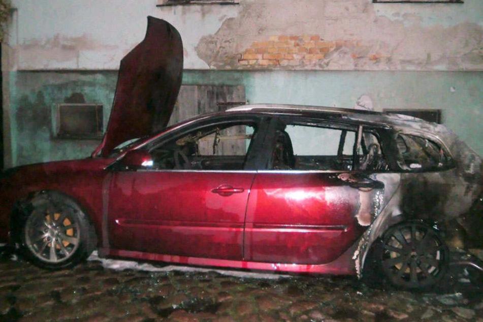 Der brand konnte schnell gelöscht werden, dennoch entstand erheblicher Schaden an dem Auto.