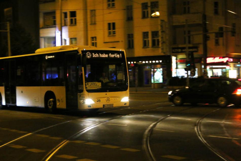 Der Busfahrer des Schienenersatzverkehrs verabschiedet sich für alle gut sichtbar in den wohlverdienten Feierabend.