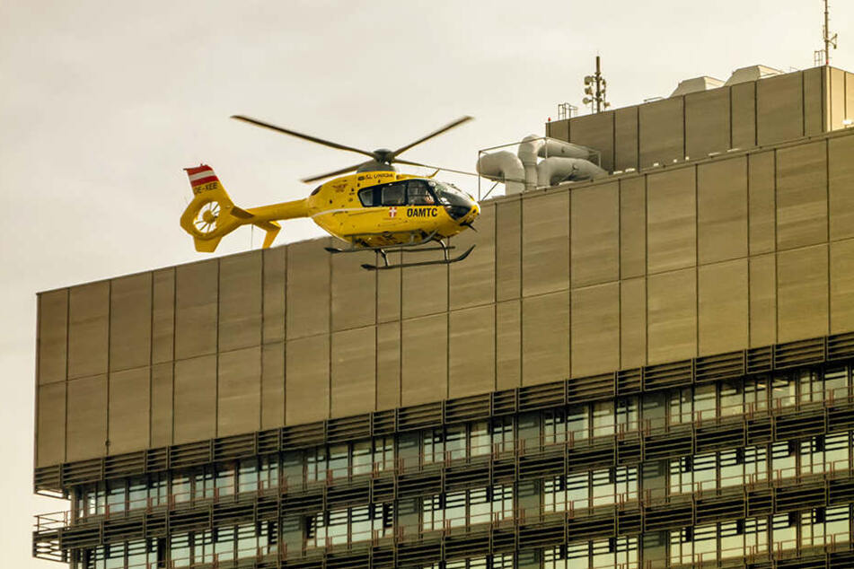 Ein Rettungshubschrauber brachte den Verletzten ins Klinikum Linz. (Symbolbild)