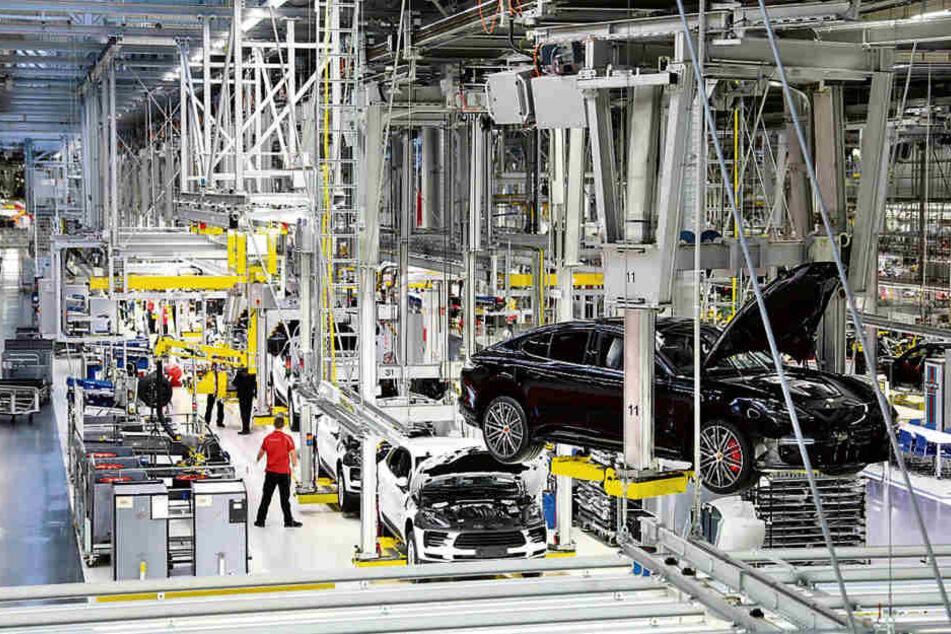 Ein Porsche Panamera schwebt durch die Montagehalle im Werk Leipzig. Der Wagen wird hier komplett gebaut.