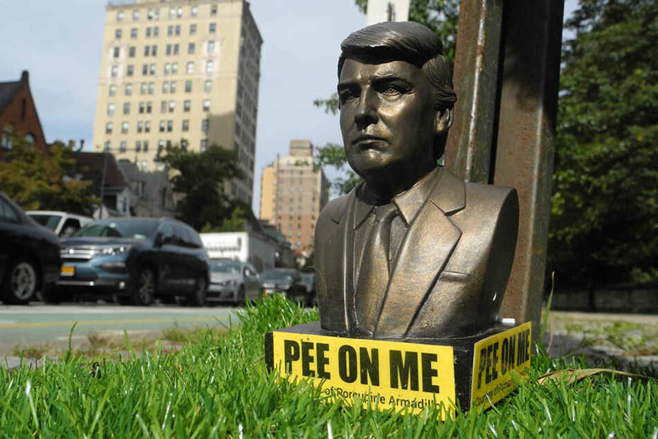 """""""Pee on me"""" steht auf der Figur, die Donald Trump (72) darstellen soll."""