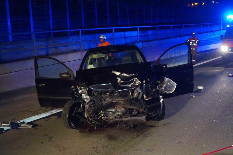 Die Autofahrerin fuhr mit ihrem Ford erst gegen ein anderes Auto und anschließend gegen mehrere Begrenzungen.