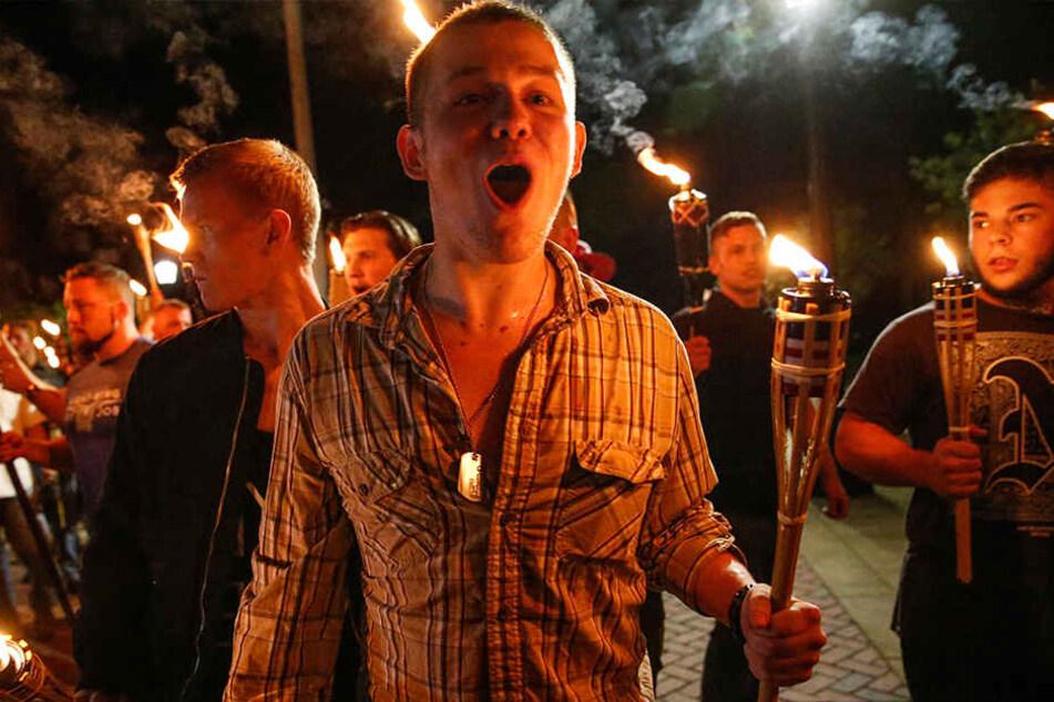 Nationalisten und Rechtsextremisten marschieren über den Campus der University of Virginia in Charlottesville (USA) mit Fackeln.