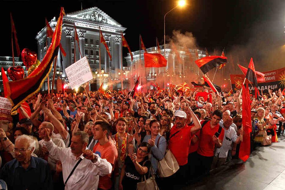 Auf dem Bild zu sehen: Mazedonier - ähm, Verzeihung - Nord-Mazedonier vor dem Regierungsgebäude in Skopje.