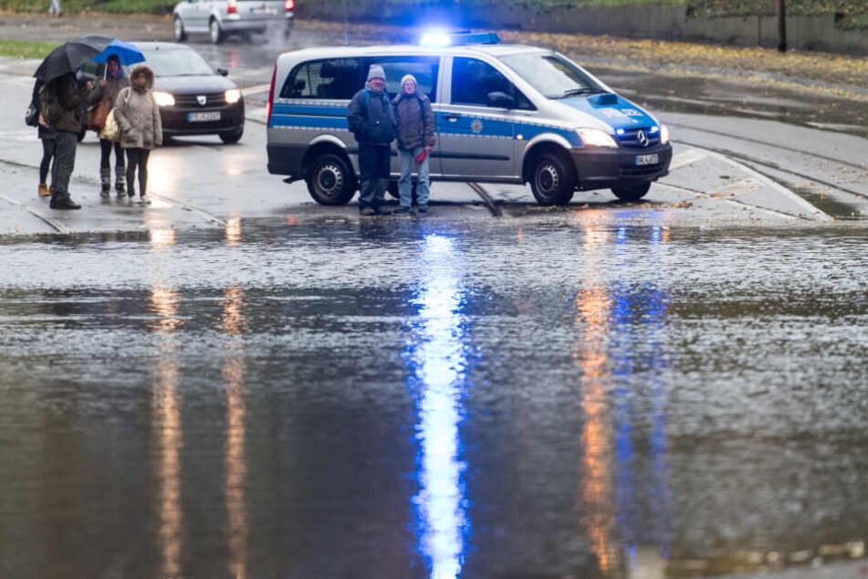 Stellenweise stand so viel Wasser, dass die Straßen gesperrt werden mussten.