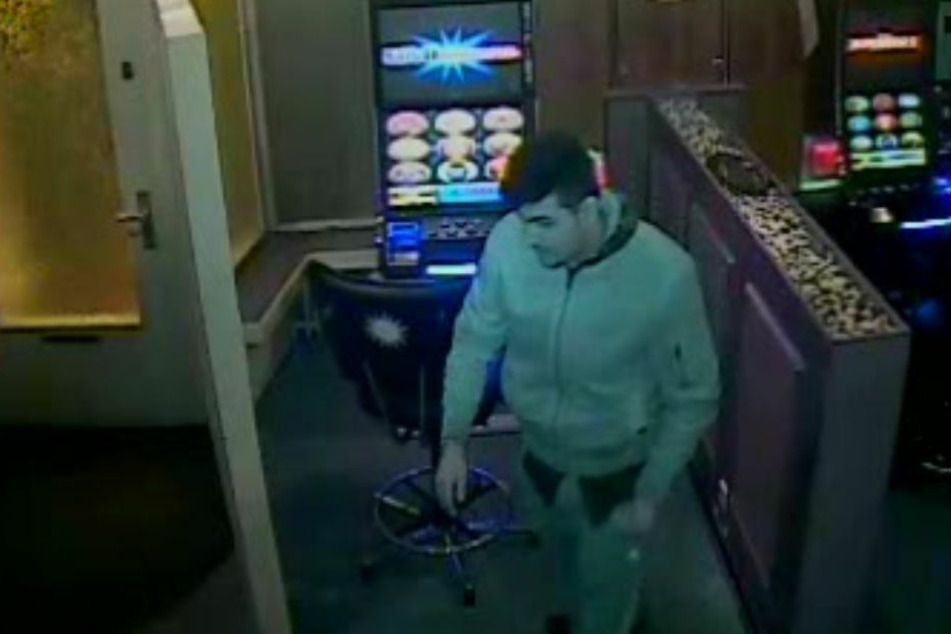 Das Foto zeigt einen der mutmaßlichen Täter in der Spielhalle.